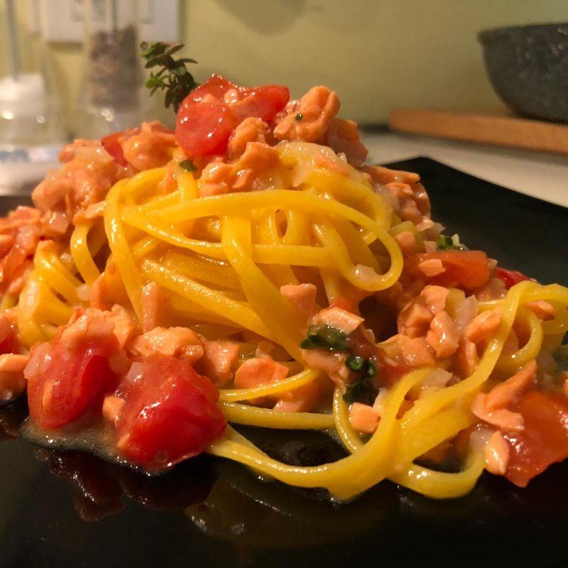 Spaghetti di mais con salmone affumicato e pomodorini - Villa Cariola