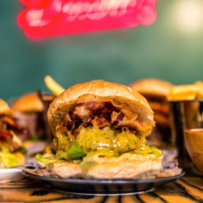 """Si chiama hamburger gourmet perché """"me sfonno con stile"""" pareva brutto. Dove a Roma"""