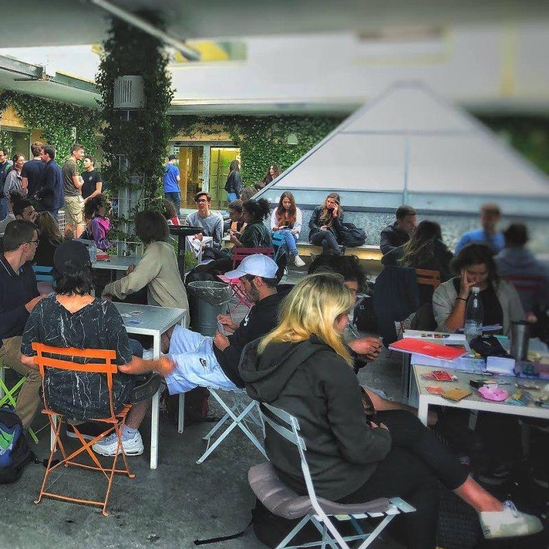 Una birra sotto le stelle: i pub con giardino che migliorano l'estate di Milano