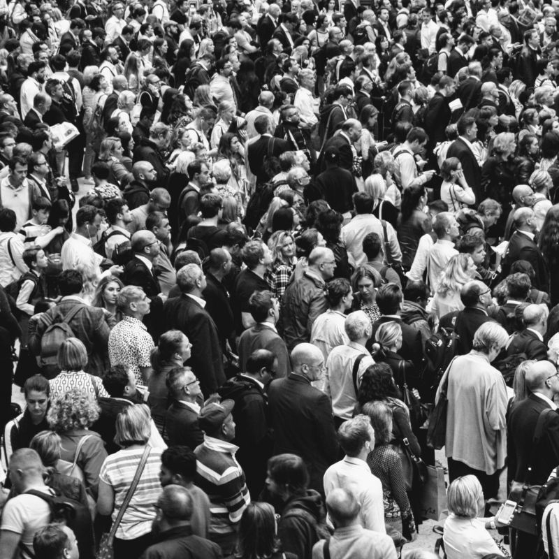 Nell'anno del distanziamento sociale arriva la mostra fotografica sulle 'folle'