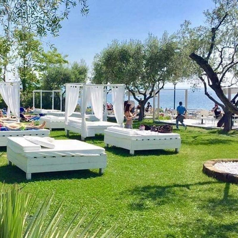 L'aperitivo bresciano in riva al Lago di Garda: ecco i locali con i piedi sulla spiaggia