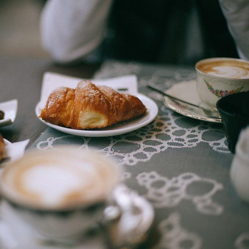 Colazione a Santo Spirito. Prima di sgomitare al mercato zuccheri e caffeina