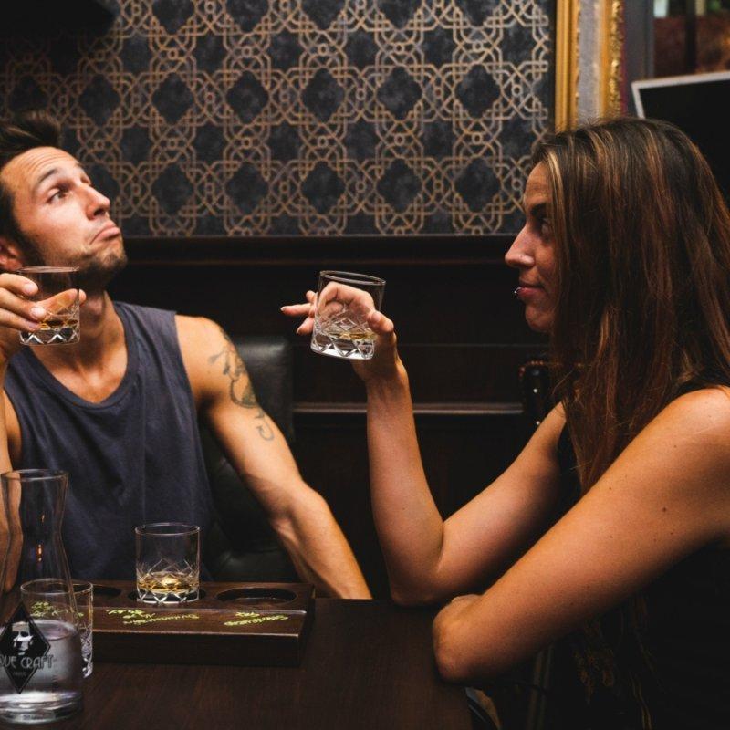 Whisky bar d'Italia da conoscere città per città. Perché lo stereotipo whisky, uomo di mezza età (e da bere liscio) è roba vecchia