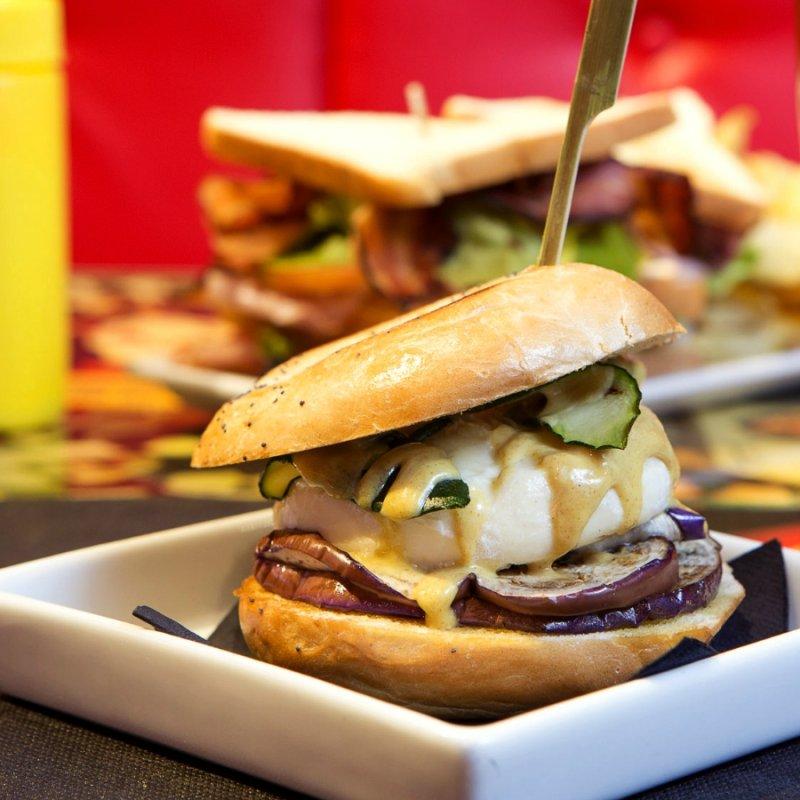 Hamburger a Milano: 10 indirizzi in cui mordere il panino made in USA senza rimanere delusi