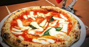 A Morena la grande pizza napoletana da gustare anche in terrazza con vista sui Castelli