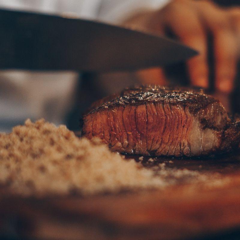 Mangiare carne a Nord e Sud di Bari. Questi locali a Giovinazzo, Polignano, e Monopoli fanno fuoco e fiamme