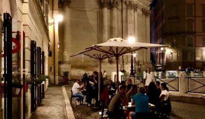 In queste 5 enoteche di Roma all'aperto si sta una pacchia