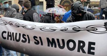 """Tensioni alla manifestazione """"Io Apro"""" lunedì 12 aprile a Roma: lancio di petardi e cariche"""