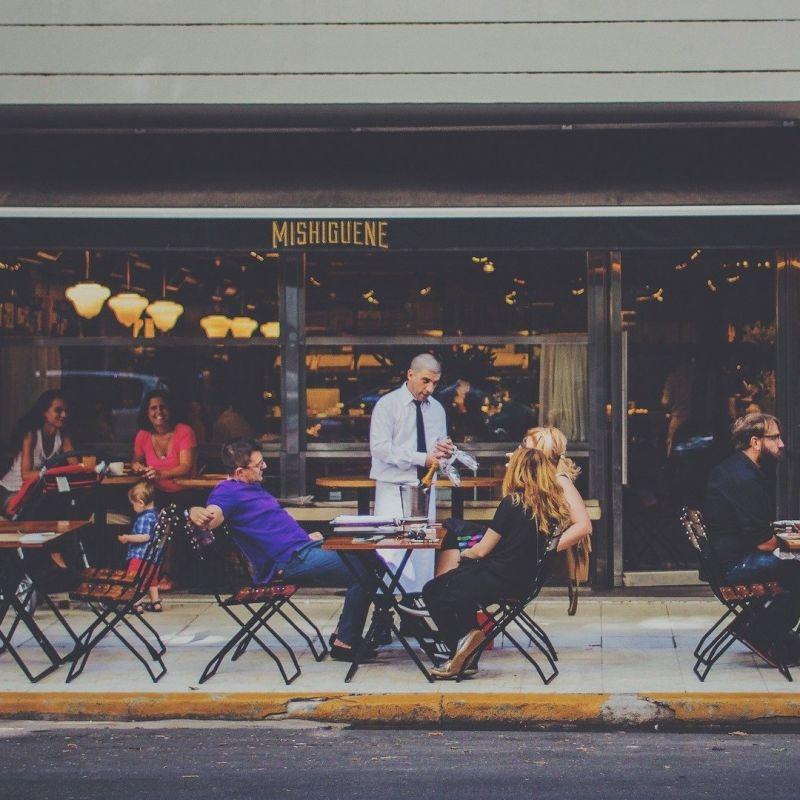 Se ne parla seriamente: riaprire i ristoranti di sera all'aperto e coprifuoco fino a mezzanotte