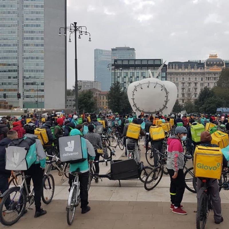 Continua lo sciopero dei riders delle app di delivery dopo il taglio alle tariffe