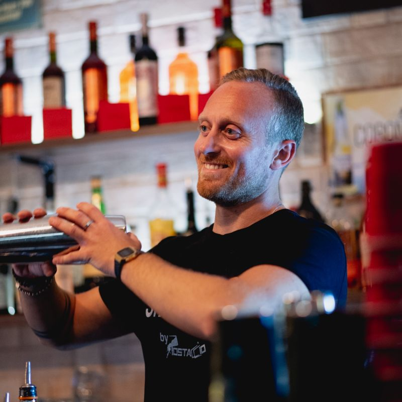 Uno tra i più famosi barman di Bari ci svela perché i suoi cicchetti sono un ottimo modo per trovare la felicità