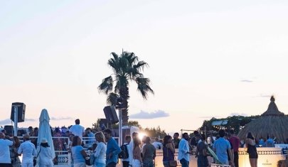 Nel beach club immerso nella macchia mediterranea