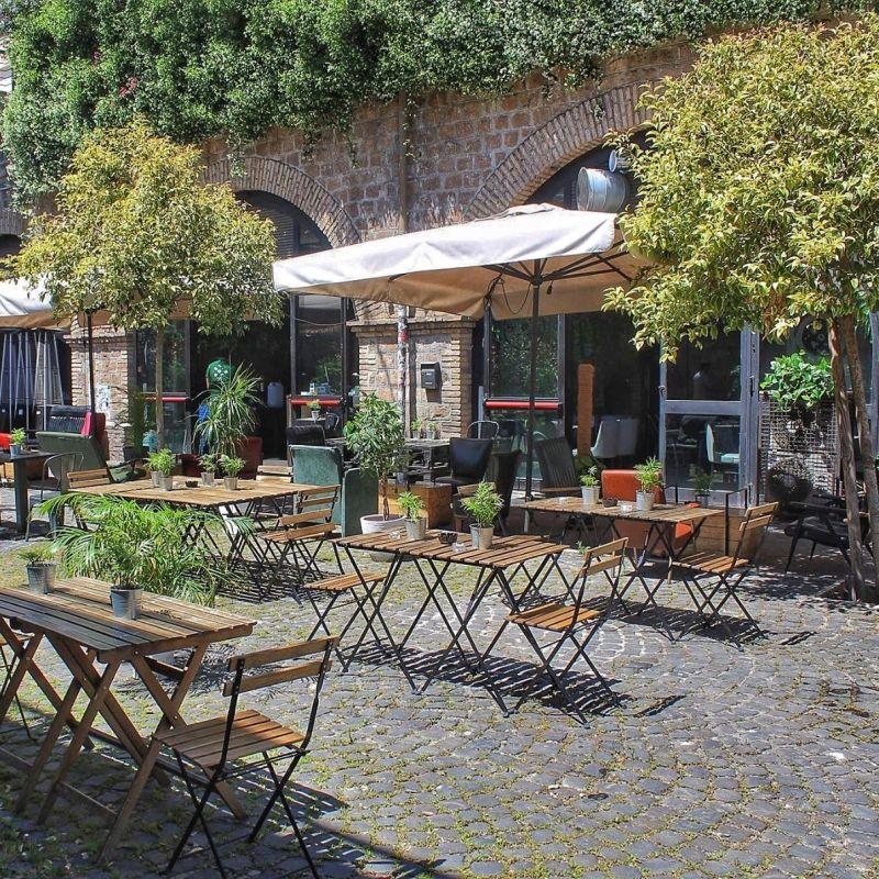 Ecco perché l'aperitivo all'aperto a Roma è il rito che ti svolta l'estate: vario, buono e bello