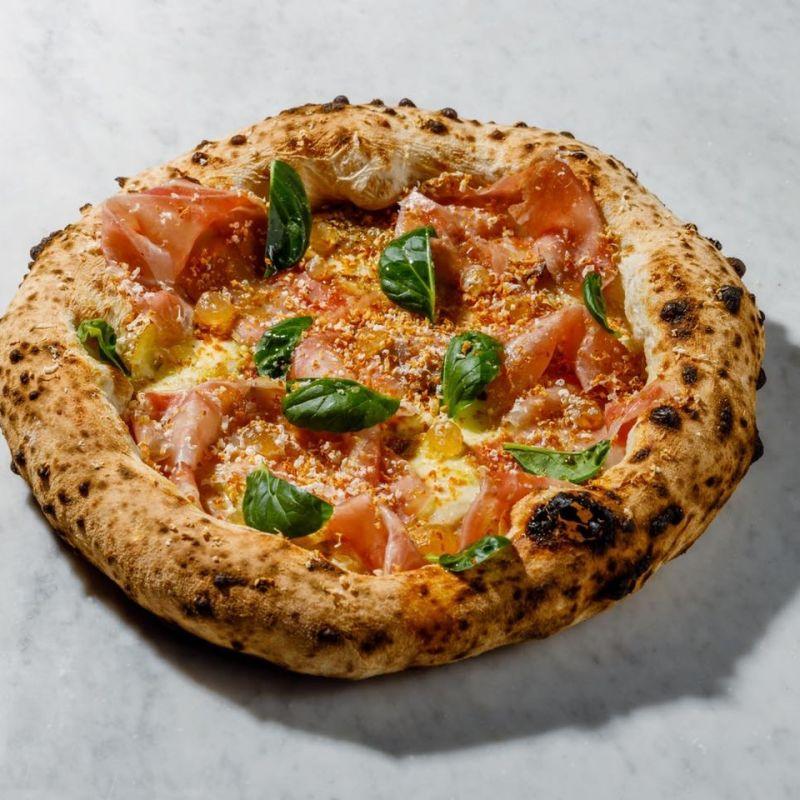 C'è solo una cosa che si fa in 4 per renderti felice: la pizza. Ordinala qui a Roma!
