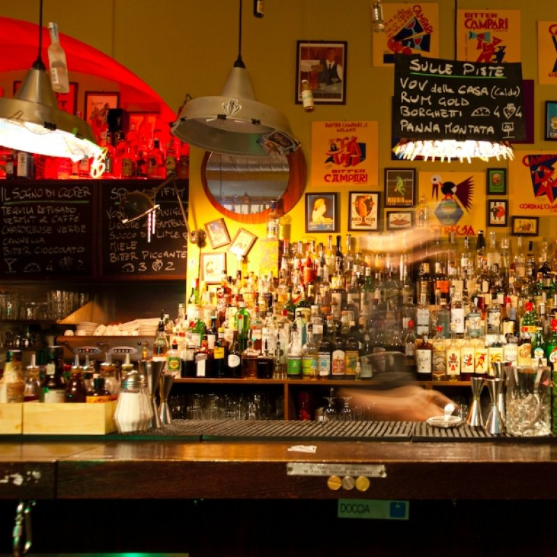 Buffet addio: ecco dove l'aperitivo a Milano viene servito al tavolo