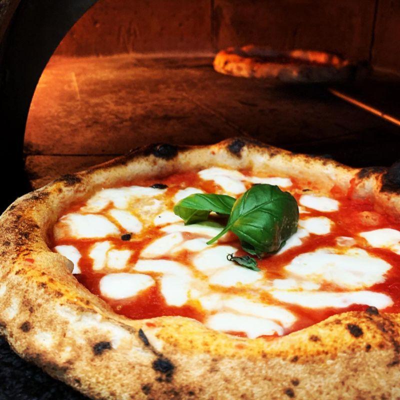 Perché pizza e hamburger non deludono mai... anche in versione delivery per Firenze