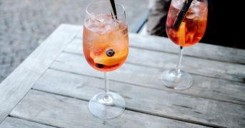 Aperol o Campari? La scelta degli italiani per lo Spritz
