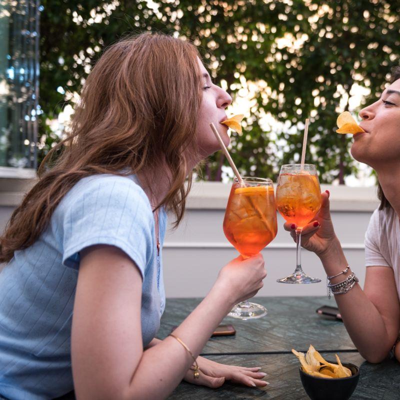 Tornare a guardare il cielo seduti a tavola: cosa mangiare e cosa bere all'aperto a Bari