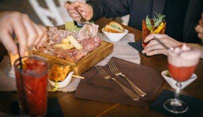 A Vicenza il bicchiere è sempre mezzo pieno, ma di Spritz o Prosecco. L'aperitivo in 12 locali