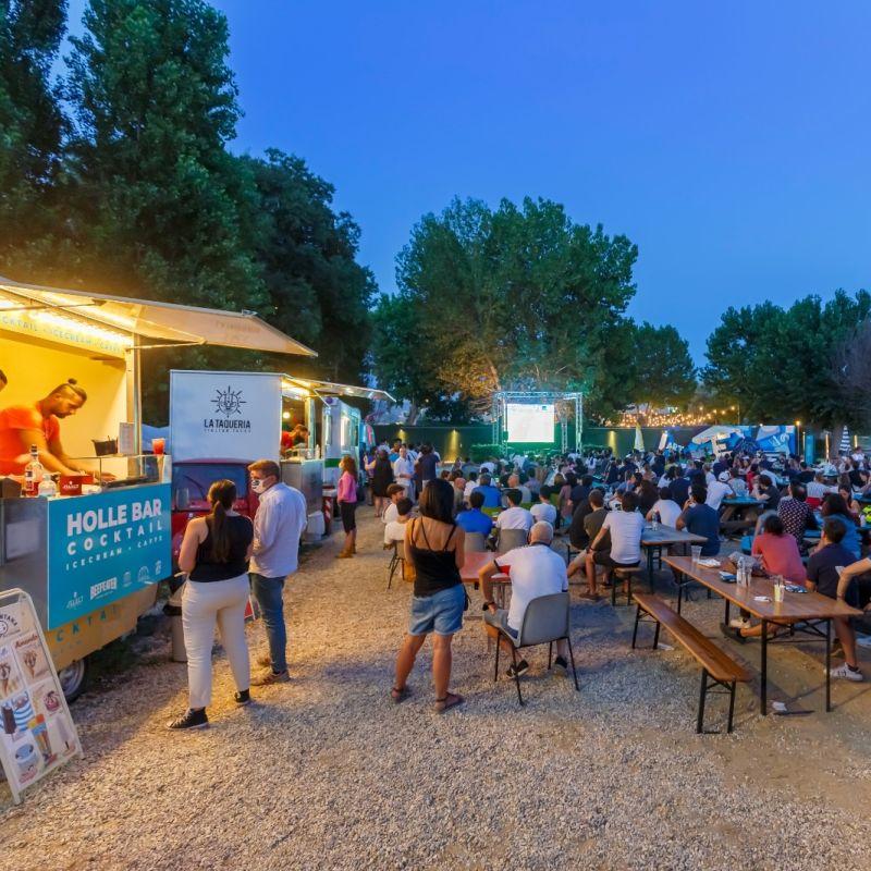 Il villaggio dello street food in riva all'Arno diventa anche virtuale e arriva a casa tua con Glovo