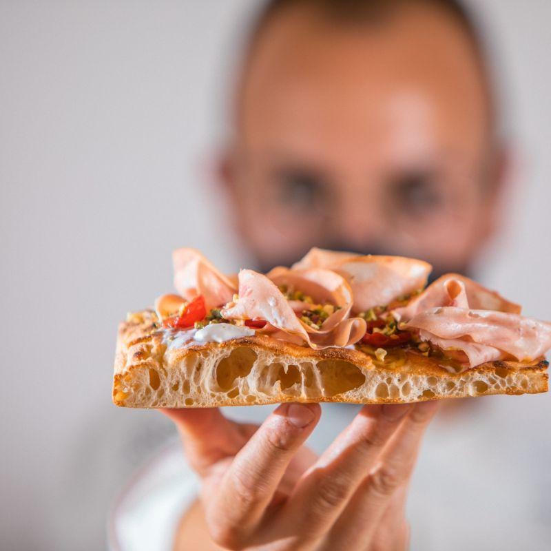 La pizzeria Vizio di Melpignano festeggia il compleanno e apre uno street lab vista mare a Otranto