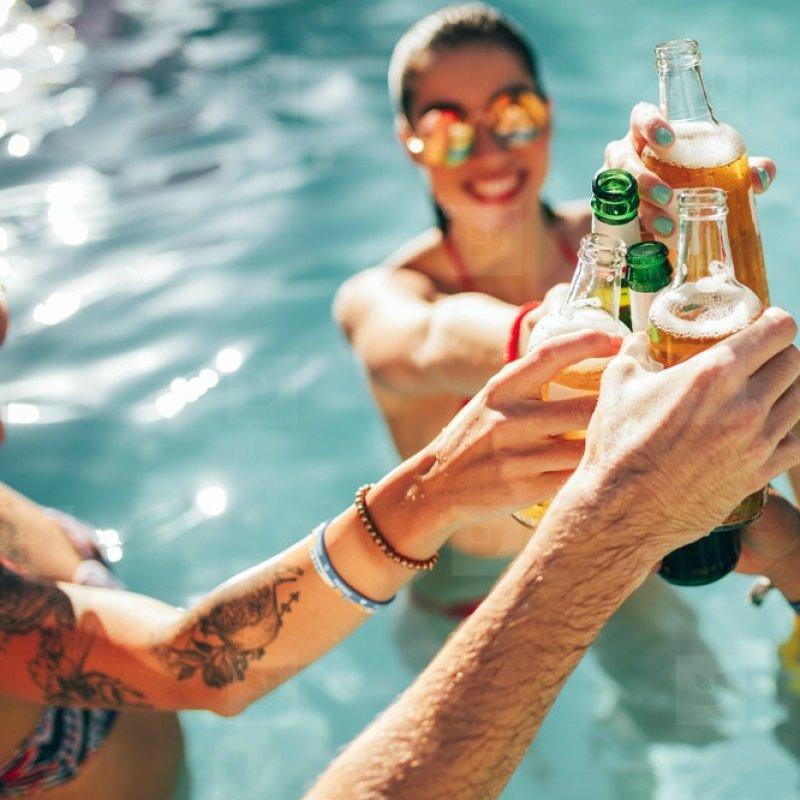 Che estate sarebbe senza una festa in piscina? Ecco cosa non può mancare