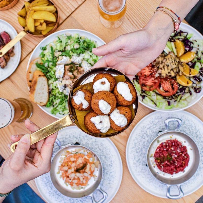 Dimenticati il piatto! Sui Navigli ha aperto un ristorante dove si mangia nelle padelle...