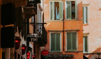Un giro tra le botteghe storiche di Verona, e il centro commerciale magari domani