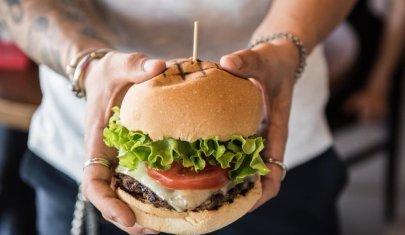 Trevigiano, stasera si mangia con le mani: hamburger ciccioni e dove mangiarli