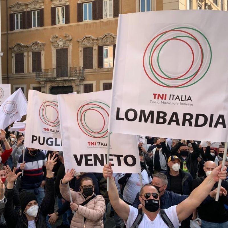 La protesta dei ristoratori a Montecitorio. I carabinieri si tolgono il casco per solidarietà