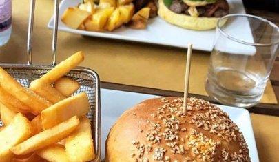 A New York i grattacieli, a Brescia gli hamburger: più alti sono meglio è