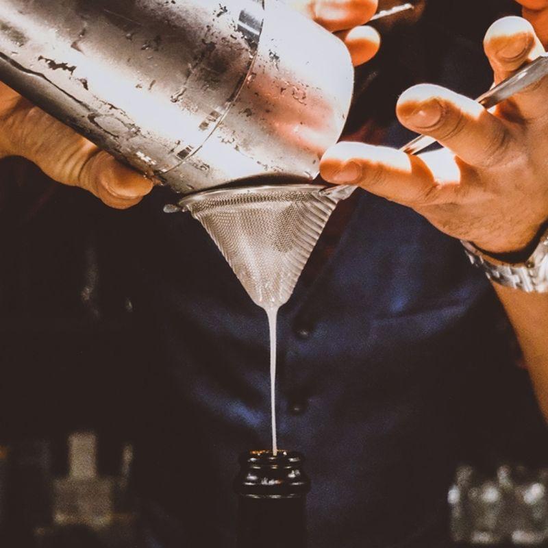 Welcome Cocktail Bar lo ha capito: qui ci vuole un cocktail da asporto, ma anche due