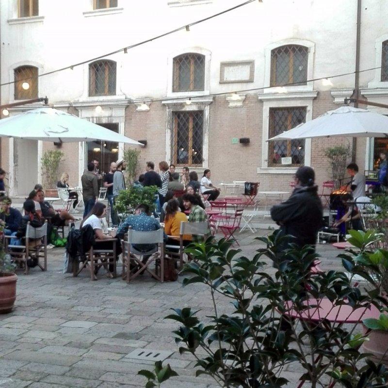 Ho fatto aperitivo in un'altra Venezia, quella cosmopolita del Caffè Ai Crociferi