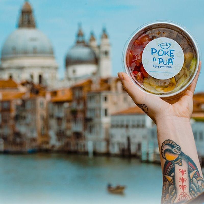 Poke a Puà porta il cibo arcobaleno a casa tua