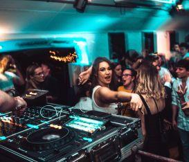 Come ti salvo la discoteca: maschere in pista, test e menu digitali