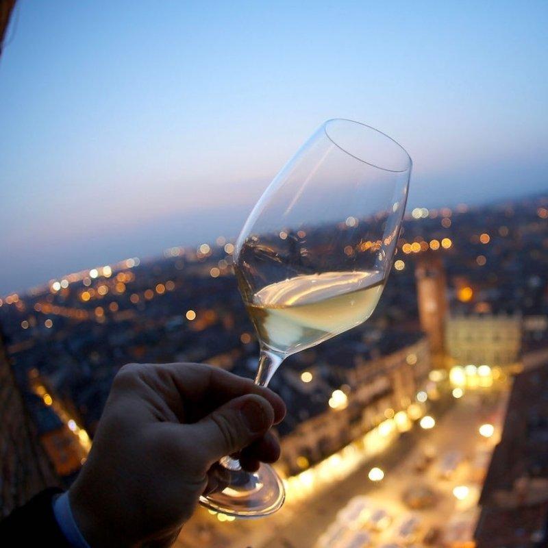 """""""Il tempo passa ma l'enoteca non passa mai"""": l'aperitivo a Verona centro col calice giusto"""