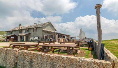 La Lessinia, cibo preparato a mano e aria di montagna: 5 locali per mangiare all'aperto