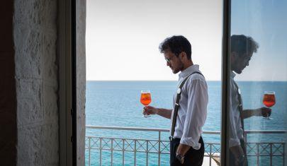 Da una parte la Puglia, dall'altra il mare: nel mezzo un caffè speciale