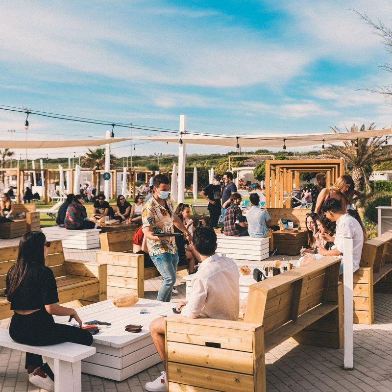 Sul litorale romano c'è un nuovo locale che spazia dalla mixology creativa alla pizza da spiaggia